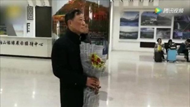น่ารัก คุณปู่ชาวจีนถือดอกไม้รอรับคุณย่าที่สถานีรถไฟ