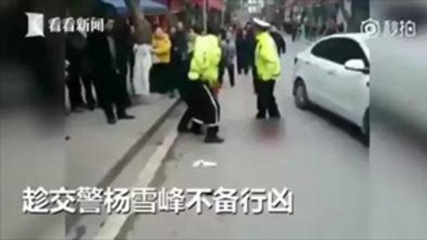 สลด ตำรวจจีนโดนแทงเลือดนอง แต่ฮึดสู้จนนาทีสุดท้าย