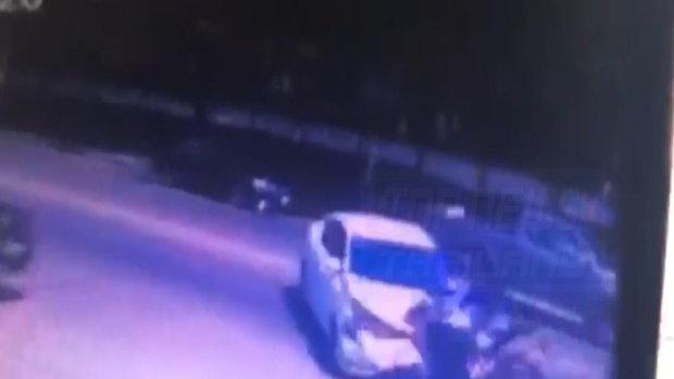 ภาพวงจรปิด!! สาวควบบิ๊กไบค์ชนเก๋ง ร่างปลิวเกือบ 10 เมตร กระแทกพื้นเจ็บสาหัส