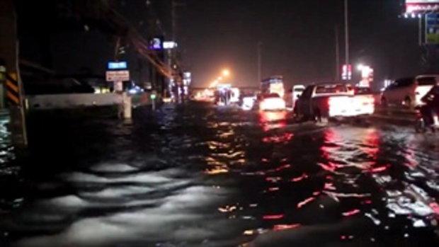 ปทุมฯอ่วม ฝนถล่ม 3 ช.ม. พหลโยธินจม หน้า ม.กรุงเทพฯ พ่อค้ายืนแช่น้ำขายของ