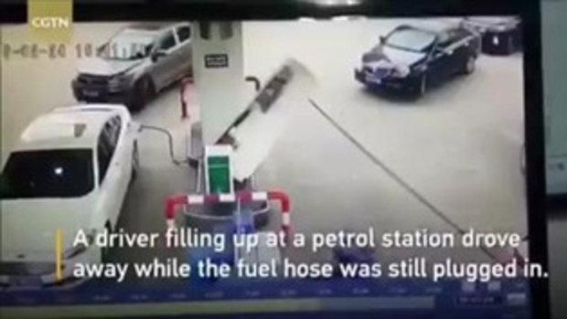 มือใหม่หัดขับ สาวจีนออกรถดึงตู้จ่ายน้ำมันล้ม พนง.ปั๊มซวย เจ็บตัว