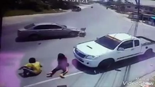 อุทาหรณ์ เก๋งพุ่งชนเด็กหญิงขี่มอเตอร์ไซค์ กระจายเกลื่อนถนนอย่างน่ากลัว