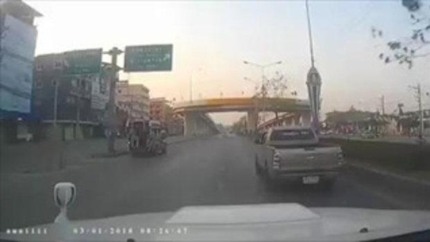 """เปิดคลิปนาที """"รถเก๋ง"""" ชนราวสะพาน ก่อนโดนไฟลุกไหม้ย่างสด 2 ศพ"""