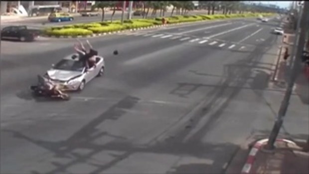 อุทาหรณ์ เก๋งพุ่งชนจักรยานยนต์ สยอง ตัวปลิวว่อนกลางอากาศ ก่อนหล่นลงมากระแทกพื้น