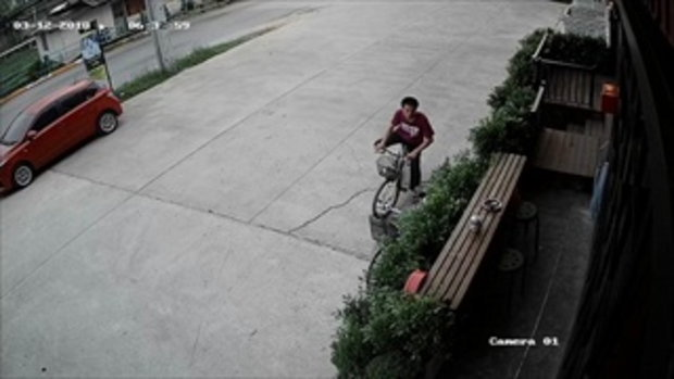 แบบนี้ก็ได้เหรอ หนุ่มปั่นจักรยานมาขโมยจักรยานอีกคันไป แล้วทิ้งของตัวเองตั้งไว้