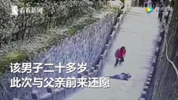 หนุ่มนั่งเล่นมือถือ พลัดร่วงจากราวบันไดสูง 8 เมตร ดับต่อหน้าผู้คน