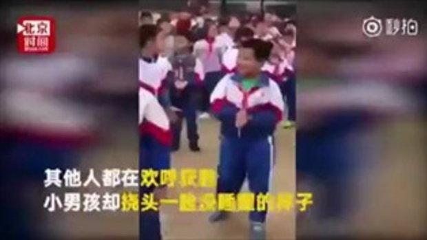 ชาวเน็ตจีนฮาหนัก หนุ่มน้อยหน้ามึน ดึงชักเย่อชนะแบบงงๆ