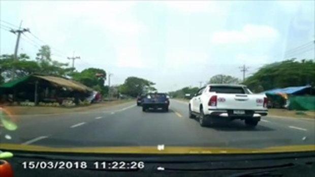 """เปิดคลิปนาที """"กระบะขาว"""" ขับแซงสุดหวาดเสียว จนรถที่สวนทางมาต้องหลบให้ทั้งถนน"""