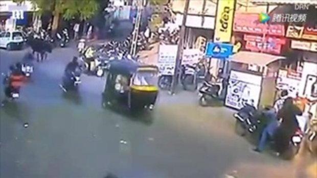 ระทึก หญิงอินเดียเดินริมถนน ถูกวัวพุ่งขวิดร่างลอยละลิ่ว