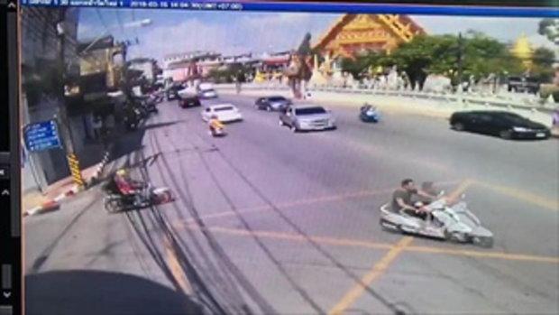 จอดอยู่ดีๆก็ซวย กระบะเลี้ยวชนรถจักรยานยนต์เต็มๆ เตือนอุทาหรณ์ บนถนนไม่ควรมักง่าย