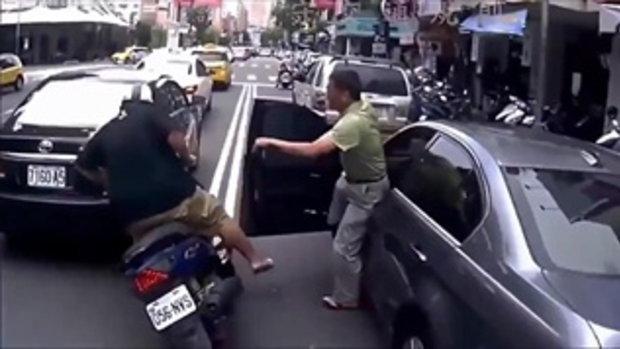 ซวย 2 ชั้น หนุ่มโดนลุงเปิดประตูรถยนต์ล้ม ลุงมาช่วยแต่กลับซวยไปด้วยคน