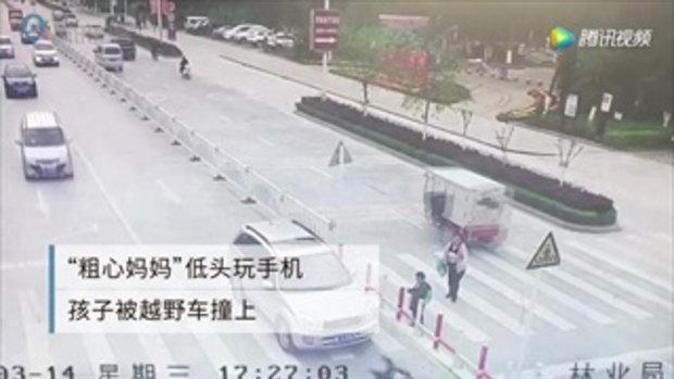 แม่สุดประมาท เล่นแต่มือถือ ลูกเดินข้ามถนนถูกรถชนกระเด็น