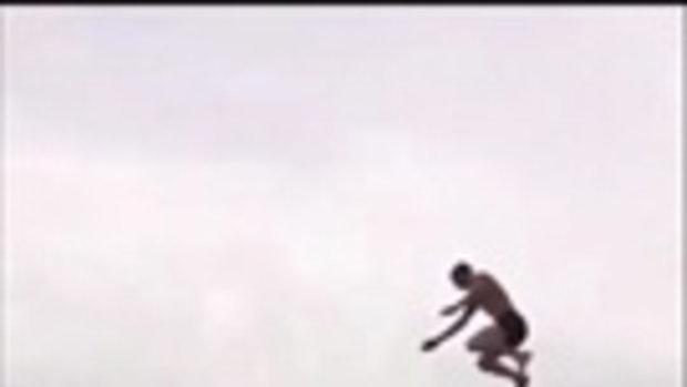 สุดหวาดเสียว! เมื่อมีคนนึกสนุกลองกระโดดน้ำจากที่สูง ดันกะระยะพลาดไปหน่อย