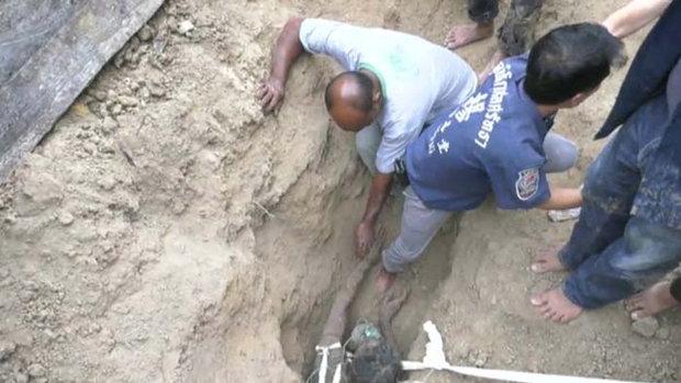 ช่างก่อสร้างเจอดินถล่มทับมิดหัว ใช้เวลากว่า 2 ชม.ช่วยชีวิต