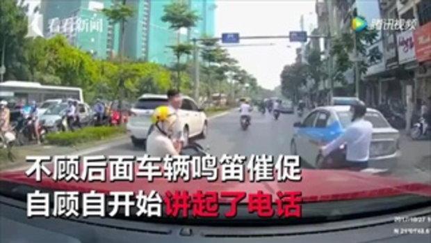 หญิงจอดรถเล่นมือถือกลางถนน ชายสุดทนยกทั้งรถทั้งคนเข้าข้างทาง
