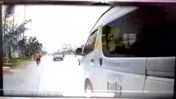 หวาดเสียว รถตู้บรรทุกผู้โดยสาร ไม่กลัวตาย ขับเบียดรถมอเตอร์ไซค์ขนแก๊ส