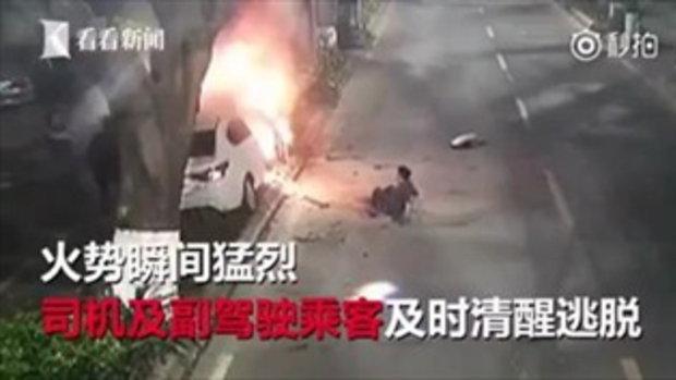 หนุ่มใจกล้า คว้าถังดับเพลิง วิ่งฉีดใส่รถชนต้นไม้ไฟลุก ช่วยคนขับรอดหวุดหวิด