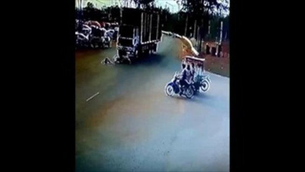 กล้องจรปิดจับภาพนาทีมรณะจักรยานยนต์ตัดหน้าสิบล้อดับอนาถ