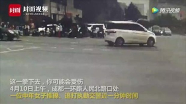 งานนี้เจอคุก หญิงจีนพุ่งเตะ-ตบตำรวจ เหตุสามีขี่รถผิดกฎแล้วโดนเรียกตรวจ