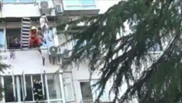 สาวจีนคิดฆ่าตัวตาย ปีนออกไปยืนบนราวตากผ้านอกตึกนาน 9 ชั่วโมง