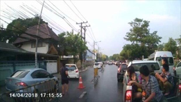 น้ำใจคนไทย หยุดเล่นสงกรานต์ ช่วยเปิดทางให้รถพยาบาล นำตัวคนเจ็บส่ง รพ. ได้ทัน