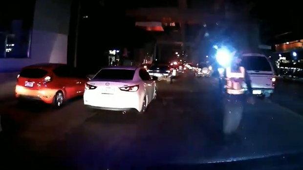 ดราม่าคลิปตำรวจต่อว่าเสียงรถกู้ชีพรีบรับคนเจ็บ (นาทีที่ 4.10)