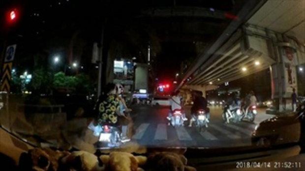 อุทาหรณ์! วัยรุ่นขี่รถ จยย. ฝ่าไฟแดง สุดท้ายโดนรถแท็กซี่ชนเข้าอย่างจัง