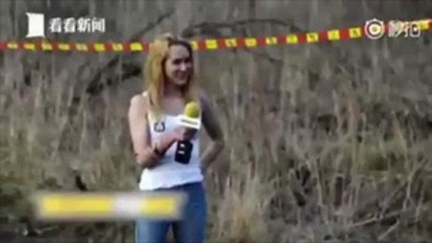 เละ นักข่าวสาวเจอโคลนสาดใส่เต็มหน้า หลังนักบิดออกตัวเร็วแรง