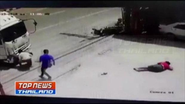 วงจรปิดจับภาพ!! สองวัยรุ่นซิ่ง จยย. ย้อนศรหนีตำรวจ พุ่งชนรถหกล้อร่างติดคาหน้ารถได้รับบาดเจ็บ
