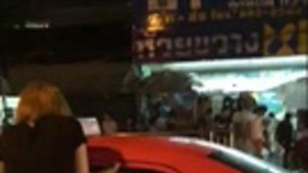 สุดฮา! สาวนินจาปีนหน้าต่างเข้าแท็กซี่ หลังฝนตกหนัก-น้ำท่วมกรุงฯ
