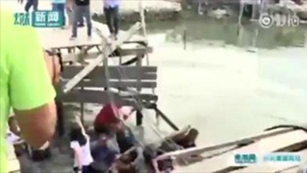 สะพานไม้ทรุดฮวบ นายกเทศมนตรี-ข้าราชการท้องถิ่นฟิลิปปินส์หล่นน้ำยกคณะ