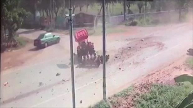 วงจรปิดจับภาพหวิดสยอง รถบรรทุกสินค้าชนรถไถ ที่ชัยภูมิ