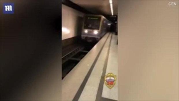 หนุ่มโชว์ซ่า กระโดดนอนหลุมรางรถไฟ แลกยอดไลค์ในโซเชียล