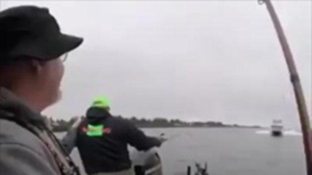 อะไรก็เกิดขึ้นได้ นักตกปลาแค่โบกมือทักทายเรืออีกลำ แต่กลับเจอความไม่เป็นมิตร