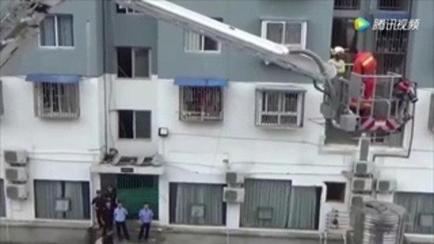 หวาดเสียว เด็กชายจีนปีนหลับบนกรงกันขโมยชั้น 5 หลังโกรธพ่อด่าว่านอนไม่ยอมลุก