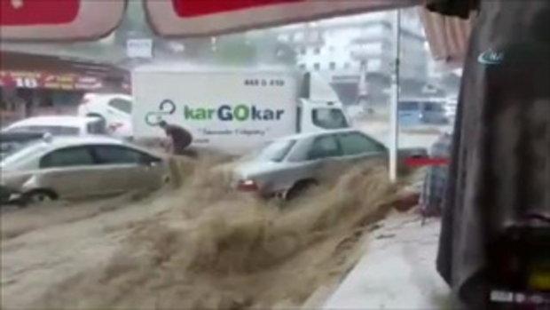 นาทีระทึก น้ำท่วมฉับพลันกลางเมือง หนุ่มกระโดดเกาะหน้ารถหาทางรอด