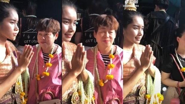 จีนแซวแรง! อัดคลิปล้อเลียนสาวชุดไทยคล้องพวงมาลัย ยิ้มให้แค่กล้อง ก่อนทำหน้าเบื่อโลก