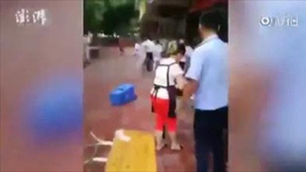 วิจารณ์หนัก เทศกิจจีนแบกค้อนทุบโต๊ะร้านค้าพังยับ เหตุตั้งแผงล้ำทางเท้า