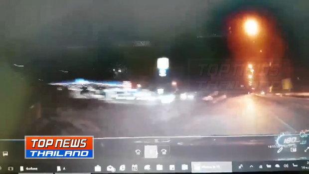ภาพกล้องหน้ารถ!! เก๋งซิ่ง 180 กม./ชม. ชนเสาไฟเกาะกลางถนน ไฟลุกย่าง 2 ศพ คาดหลับใน