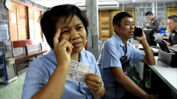 สาวพนักงานโรงพยาบาลศรีสะเกษ กรี๊ดรับโชคถูกรางวัล 12 ล้าน!