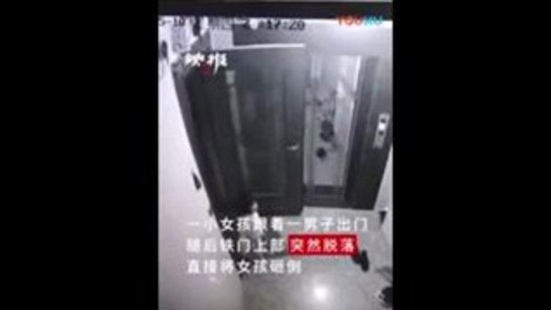เปิดนาทีช็อก เด็กหญิงถูกประตูล้มทับ ฟาดจนเจ็บหนัก หลังผลักไปกระแทกผนัง