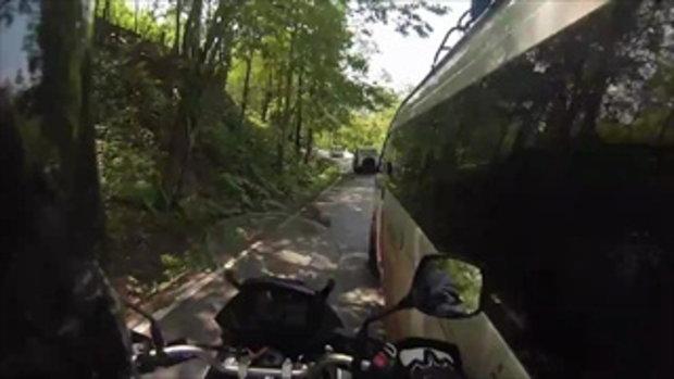 """ฝรั่งขี่ จยย. เที่ยวเมืองไทยอยู่ดีๆ ก็โดน """"รถตู้"""" ขับเบียดแล้วชน หวิดล้ม"""