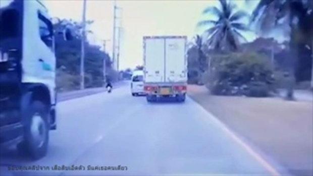 รถตู้ซ่าผิดคัน เจอรถบรรทุกสอยทีเดียวตีลังกาหลายตลบ!