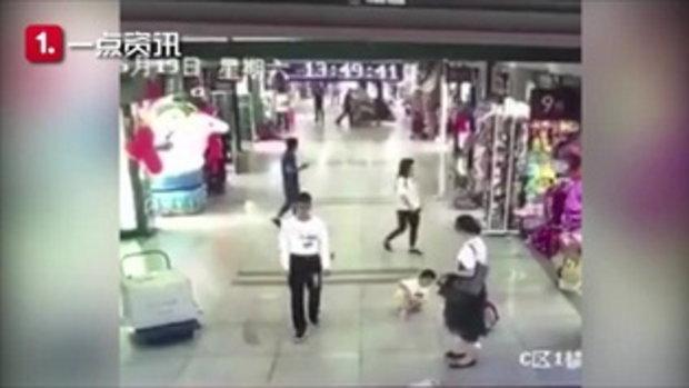 ชายเดินห้างฯ อยู่ดีๆ ยกเท้าขึ้นถีบเด็ก 4 ขวบ กระเด็นล้มฟุบ