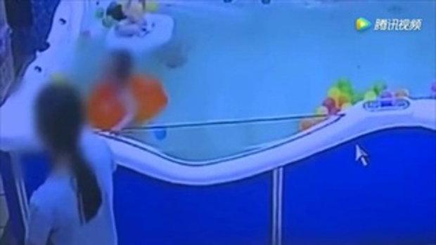 เด็กชายวัย 7 เดือน ตัวหลุดจากห่วงยาง จมใต้น้ำเกือบนาที