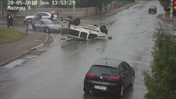 วินาทีชีวิต! รถโดนชนพลิกคว่ำ คนขับหลุดออกหน้าต่างพอดีเป๊ะ