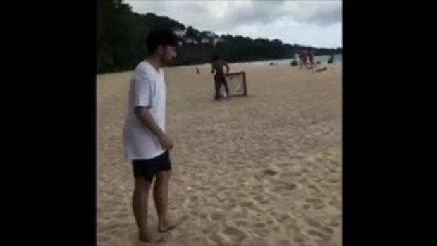 ฟิตตลอดเวลา!! ''ชนาคุง'' ควงเพื่อนๆ เล่นบอลชายหาด ระหว่างพักที่ภูเก็ต