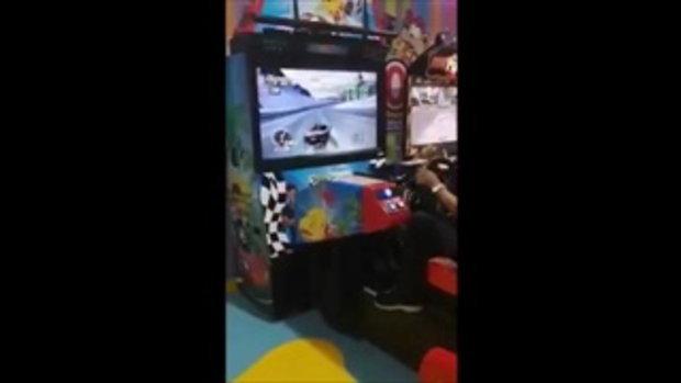 ชายลึกลับเล่นเกมแข่งรถ โชว์ทักษะการดริฟต์ระดับเทพ พอเห็นหน้าทำอึ้งทั้งเกมเซ็นเตอร์