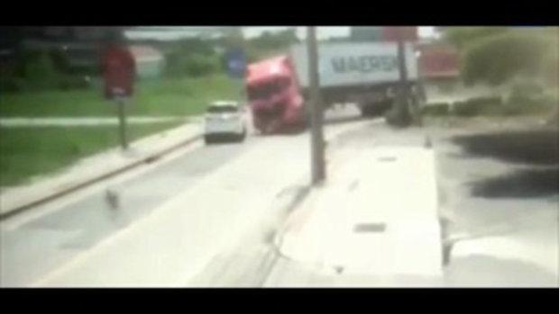 นาทีรถบรรทุกพลิกหลุดโค้ง คอนเทนเนอร์ทับรถฟอร์จูนเนอร์