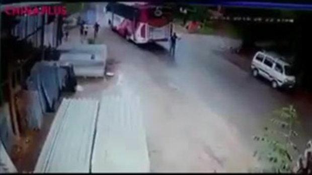 ชายอินเดียทิ้งสกูตเตอร์ กระโดดหลบรถบัส รอดตายหวุดหวิด